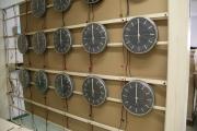 Jednostranné interiérové analogové hodiny 3218.A.28.C6, oživování na dílně