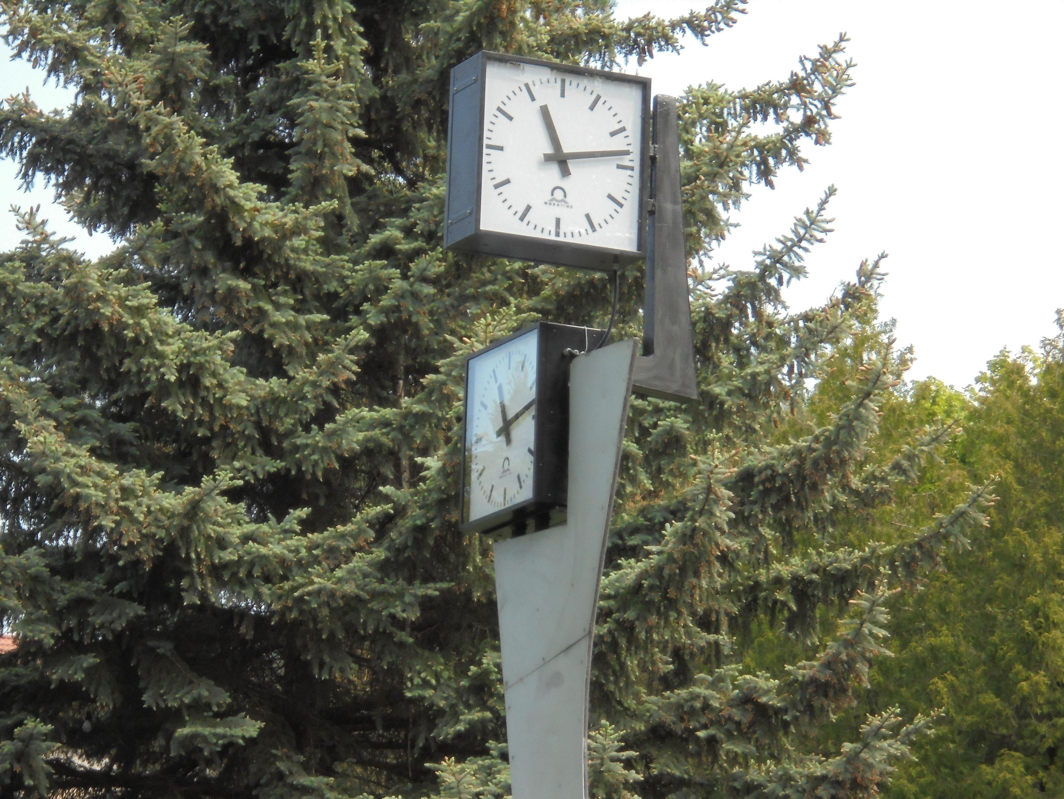Nová Dubnica, hodiny na náměstí